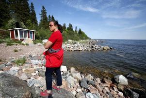 En nygrävd hamn och en bastu på stranden på Limön. Så här borde det inte få vara, säger Maria Bjerkheden, M.