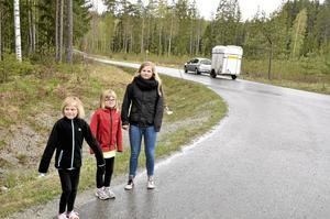 Försiktighetsåtgärd. – Kommer det gruslastbilar när vi väntar på skolskjutsen hoppar vi ned i diket, säger Ida Nilsson som står här varje morgon tillsammans med tvillingsystern Elin och storasyster Emelie Nilsson.