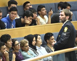 STOCKHOLM 20170913Afghanska flyktingar på åhörarläktaren i Riksdagshuset för att lyssa på debatten om situationen för ensamkommande flyktingbarn.