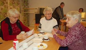 """Den populära Kaffestunden som startade på Solgården  i Hoting har expanderat både till Norråker, Rossön och nu också till Kyrktåsjö. Evy Nilsson, Asta Lind och Antonia Sundin uppskattar träffen. """"Ja, för annars sitter man ofta bara ensam"""", säger Asta. Till den här träffen höll Margoth Wahlin (i bakgrunden) med hembakta semlor och Lars Strömgren vände stenkakor.Foto: Catarina Montell"""