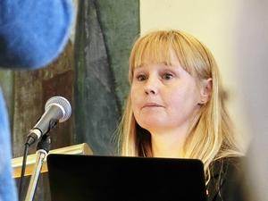 Kommunalrådet Susanne Hansson vill återuppväcka frågan om ett femvåningshus bredvid Tingshusbacken.