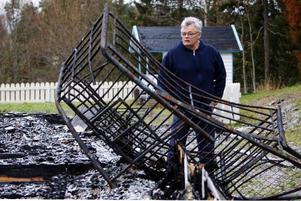 – Det här var vår stora dubbelsäng, säger Tord Edler när han besökte brandplatsen i går.Foto: Jan Andersson