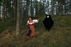 Vilt och spännande. I bygdespelet förekommer bland annat skräckinjagande mörksuggor. I Rättviksdräkt spelets producent och författare Cia Embretsen. Foto: NIKLAS SNARF ERIKSSON