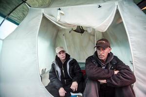 """För en vecka sedan. Tältet har växlat från 21 minusgrader till 42 plusgrader. """"Det är tufft att leva så här"""", säger Micke."""