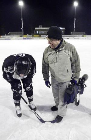 Magnus Muhrén viker sig av skratt. Fotografen Ulf Westergren blev måltavla.