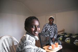 Simon och hans pappa Fkadu Tsehaye har lämnat Ljusne och gömmer sig nu för svenska myndigheter.