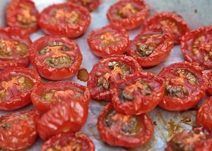 Körsbärstomater som får torka långsamt i ugn blir både söta och mycket smakrika.   Foto: Dan Strandqvist