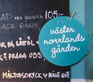 Västernorrlandsgården erbjuder skyltar till sina kunder på restaurangerna och i butikerna som visar att de säljer lokalproducerad mat.
