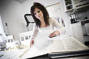 Linda Pauline Pehrsdotten Weglin studerar boken