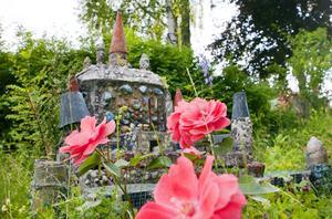 Ett med naturen. Eva Glas trädgård på Skiljebo är något utöver det vanliga. På tomten har naturen fritt spelrum, och Eva låter alla blommor växa vilt.Foto: Rune Jensen