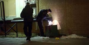 Torsdagen den 20 januari skottskadades två män i Vivalla. Bilden visar hur polisen undersöker platsen samma kväll på jakt efter kulhål, tomhylsor och andra spår.