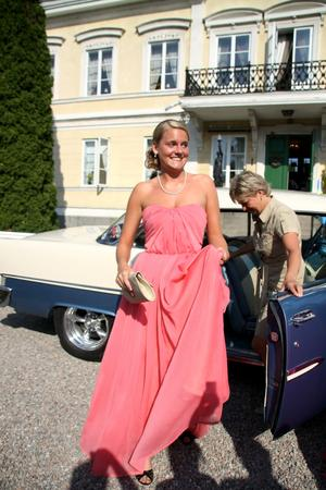 Amanda Andersson går på samhällsprogrammet med inriktning media i Hallstahammar, där balen blev inställd. Hon och några klasskompisar sökte sig då i stället till Färna herrgård och verkade trivas på sin kväll.