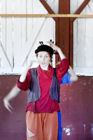 Miriam Forsberg dansar flygvärdinnornas säkerhetsdans till publikens stora förtjusning.