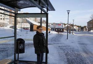 Lena Sandström jobbar extra på sjukhuset under helgerna och har tidigare tagit den tidigare morgonbussen från Timrå. Nu har den tagits bort.