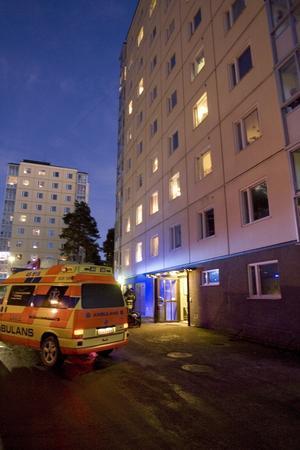 En kvinna fick föras till sjukhus sedan hennes lägenhet rökfyllts av en mindre brand.