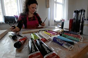 """Första. På julmarknaden i Edsbergs bygdegård kom Camilla Grönkvist i kontakt med målarkursen för första gången. Hon har tidigare gått kurser i vedic art i Örebro, men anslöt den här terminen till """"Absolut                       abstrakt"""".Foto: Jan Wijk"""