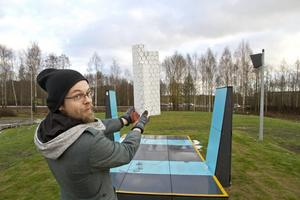 Pontus Ersbacken, i Sportparken, med en modell av det blivande