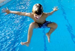 Vänj dina barn vid vatten inför simskolan.