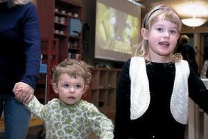 Tindra Dehlin och Tora Arvidsson var två av alla barn, som på söndagen dansade ut julen. Prästens lilla kråka och Karusellen var några av sångerna och danserna runt granen.