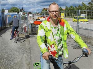 Peppe Hämeenniemi som är ordförande i Cykelfrämjandet i Västerås, tycker att fler cykelstråk ska sopas och saltas.