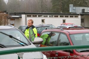 Lars Agemalm pratar med sin fru som precis hämtat det gemensamma barnet på Ransta skola.