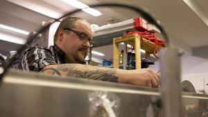 Peter Vidberg byter några komponenter på Robhot i verkstaden. Varje sommar flyger han i tre veckor och mäter spänningen i kraftledningar. Sen spenderas många dagar i Kärrgruvan med att gå igenom datan.