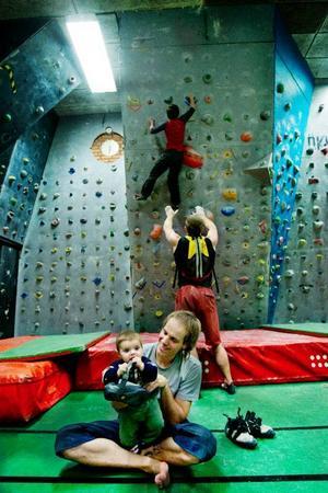 Andreas Lindgren tar gärna med sig dottern Aina till klätterhallen och hon verkar inte ha något emot att vara med när pappa klättrar.
