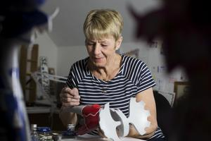 """""""Jag har gjort julälgar, en Jon Olsson-älg, en hemvärns-älg, jag måste ju hänga med lite"""", säger Marianne med ett skratt."""