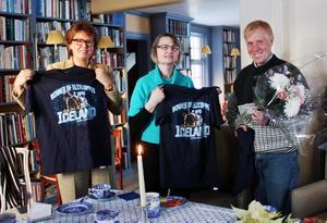 ICELAND. Charlotte Wall, Hebys kommunalråd Marie Wilén och Stefan Melander är glada över etableringen i Heby. På t-shirten som hålls upp hyllas Stefan Melanders häst Iceland, som vann Elitloppet i år.