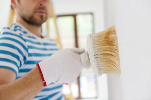 Målarfärg kan avge skadliga ämnen, särskilt i början. Välj Svanen-märkta färger och vädra länge är några råd för att minska riskerna.   Foto: Shutterstock