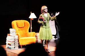 LT:s recensent Catarina Lundström tycker att Bodil Malmstens föreställning är närmast lysande.