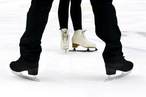 Stjärnor på is. På Gångs inlånade konståkare Marcus Olofsson och Lynda Lundin visar hur snyggt det är med konståkning.