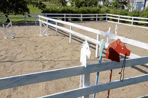 Den som rider käpphäst kan nu göra det på en riktig paddock.