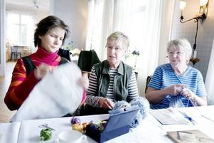 broderi. Anette Rönnbäck broderar                               en duk, trots att det var stickkafé  i Nybo. Annalisa Larsson och Gun Kangas                          har dock varsitt stickprojekt på gång.
