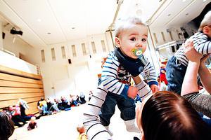 Tvillingmamman Annica Persson fick hjälp av grannen att komma iväg på babyrytmik med sönerna Aaron och Teo.
