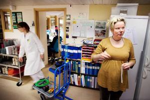 Enhetschef Jessica Nääs berättar att det är högtryck på labbet just nu, de har tvingats anställa två extra för att klara av alla tester.
