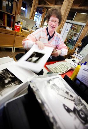 Annica Öjbrant scannar in cirka 25 bilder per dag i det digitala arkiv som Jamtli bygger ut på webben.
