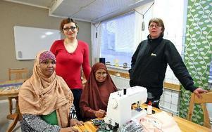 Luul Hussein Hassan, Ardo Mohammed Yusuf syr medan Paula Niemelä från Tunabyggen är på besök. Foto: Johnny Fredborg