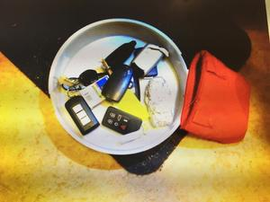 I lampskärmen hittade polisen bilnycklar, som gick till premiumbilar, den dyraste en  exklusiv Tesla värderad till 1 250 000 kronor.