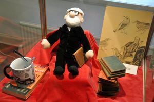 Psykoanalysens grundare Sigmund Freud har fått en egen monter, med bland annat en Freud-docka.