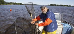 Värnar sitt fiskevatten. Yrkesfiskaren Roland Karlsson fiskar ål, gös, gädda och abborre i farleden mellan Stora Aspholmen, Ötorpet och Gliparna där både muddring och sprängning ska utföras.