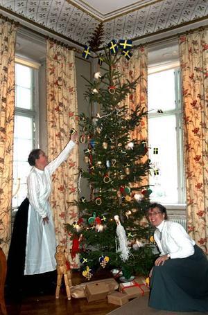 JULEFRID. Lövstabruk herrgård är redan pyntad. I helgen tar guiderna Josephina Wesström Juhlin och Monica Danielsson emot de första julgästerna.