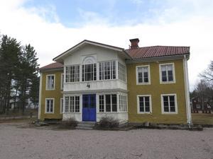 Det gula herrgårdsliknande huset ska totalrenoveras och sedan bli bostad åt det unga gårdsägarparet.