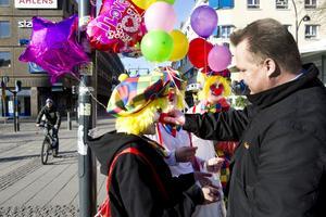 Atro Oiva är busschaufför och skulle precis till jobbet när han möttes av tre clowner. Han passade på att få lite godis från clownerna Hanna Weiåker, Johanna Lundgren och Julia Sköld medan han klämde på deras näsor för att kontrollera att de var riktiga.