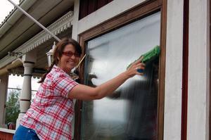 Kul på jobbet. Anne-Lee Roos trivs med sitt yrke och tycker att skatterabatten för hushållsnära tjänster är en bra idé. Foto:Linnea Kallberg