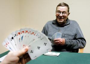 Kortkänsla. Både talang och känslan för kort är en förutsättning för att bli duktig i bridge. Alf Eklund har spelat i 65 år och tröttnar aldrig. BILD: BIRGITTA SKOGLUND