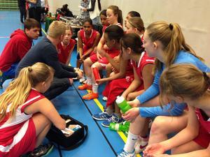 Taktiksnack hos Ragundas F99-lag i en av matcherna under Skövde Cup.   Foto: Sylvia Axelsson