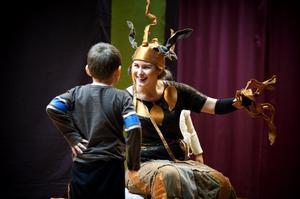 Projektledaren Emma Källberg i rollen som det magiska Trädet i Tusen ords teaterföreställning för barn.