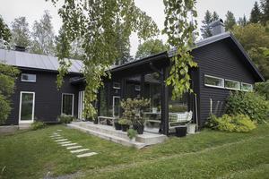 Villan har i dag ett inglasat uterum framför huset, där odlar paret en rad olika växter och grönt.