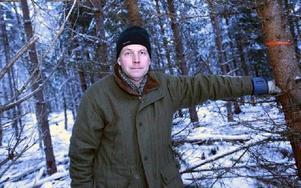 Nu röjer Björn Fahlén i markerna. Foto: Staffan Björklund